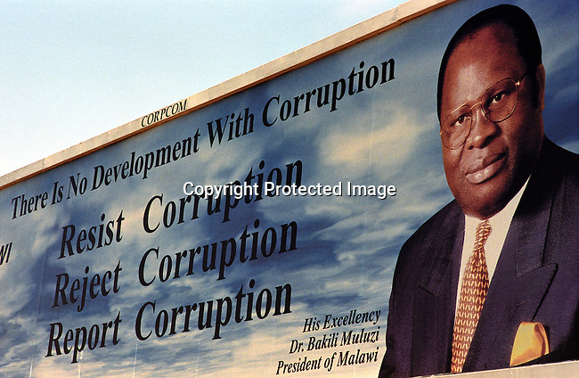 dicomal00009 Malawi. A billboard of Bakili Muluzi, the President of Malawi teaching a message of anti corruption on June 13, 2002 in Lilongwe, Malawi. President Muluzi is trying to hold on to a 3rd term as a president. Malawi has recently been hit by and has been hit by drought and flooding and a food crisis is looming in the country..©Per-Anders Pettersson/iAfrika Photos..