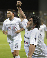 BOGOTA - COLOMBIA - 10-04-2015: Diego Armando Maradona, leyenda argentina del futbol mundial, durante partido de exhibicion como soporte a los diálogos de paz que se realizan en la Habana, Cuba, entre el gobierno colombiano y la guerrilla de la Fuerzas Armadas Revolucionarias de Colombia (FARC). / Diego Armando Maradona, Argentina legend of world football during exhibition game as support for the peace talks, between the Colombian government and the guerrillas of the Revolutionary Armed Forces of Colombia (FARC) in La Habana Cuba. Photo: VizzorImage / Nestor Silva / Cont.