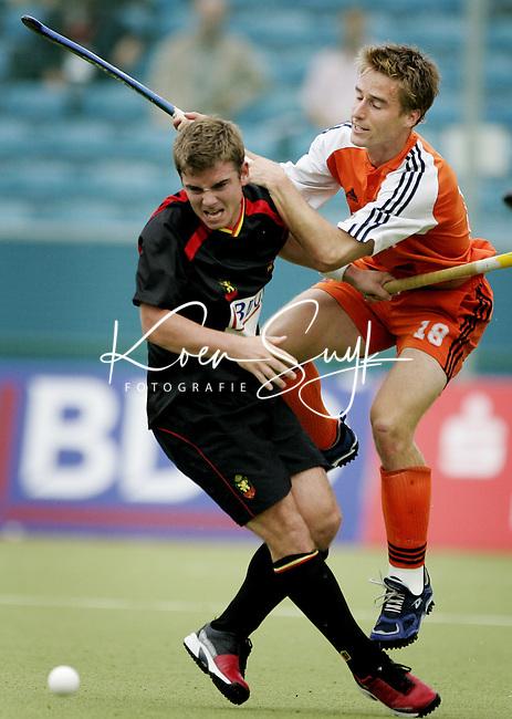 NLD-20050903-Leipzig-EK HOCKEY : halve finale Nederland-Belgie (5-1).  Rob Reckers, de maker van het vierde doelpunt, in duel met de Belg Thierry Stumpe (l).