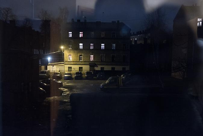 Blick aus Andreys Wohnung bei Nacht.<br /> <br /> Seit einigen Jahren wandern vermehrt Russen in das benachbarte Lettland aus - derzeit sind 50.000 russische Staatsb&uuml;rger in Besitz einer st&auml;ndigen Aufenthaltsgenehmigung in dem baltischen Land.<br /> Seitdem Lettland 2004 Teil der Europ&auml;ischen Union ist, sind etwa zehn Prozent der Letten ins emigriert. In der Hauptstadt Riga bieten sich f&uuml;r junge Zuwanderer besonders auch beruflich aussichtsvolle Perspektiven.