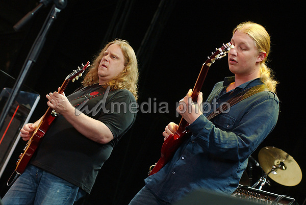 16 August 2006 - Pittsburgh, Pennsylvania -  Guitarists DEREK TRUCKS & WARREN HAYNES of the ALLMAN BROTHERS BAND performs on their 2006 Tour at the Post-Gazette Pavilion. Photo Credit: Jason L Nelson/AdMedia