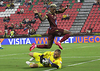 IBAGUE - COLOMBIA, 08-03-2020:Omar Albornoz del Deportes Tolima disputa el balón con Álvaro Villete guardameta de Patriotas Boyacá en partido por la fecha 8 de la Liga BetPlay I 2020 jugado en el estadio Manuel Murillo Toro de la ciudad de Ibagué. /Omar Albornoz of Deportes Tolima fights tha ball agaist Alvaro Villete galkeeper of Patriotas Boyaca in match for the date 8 as part of BetPlay League I 2020 played at Manuel Murillo Toro stadium in Ibague. Photo: VizzorImage / Felipe Caicedo / Staff