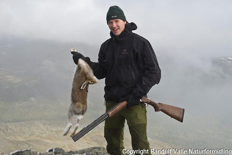 Hare som bifangst på fjellrypejakt ----- Hunter with hare