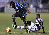 TUNJA -COLOMBIA, 06-02-2014. Luis Hernando Mena (Der) jugador de Boyacá Chicó disputa el balón con Yuber Asprilla (Izq)Millonarios durante partido por la fecha 3 Liga Postobón I 2014 realizado en el estadio La Independencia en Tunja./ Luis Hernando Mena (R) player of Boyaca Chico fights for the ball with Yuber Asprilla (L) Millonarios during match for the 3rd date of Postobon  League I 2014 played at La Independencia stadium in Tunja. Photo: VizzorImage/ Gabriel Aponte /Staff