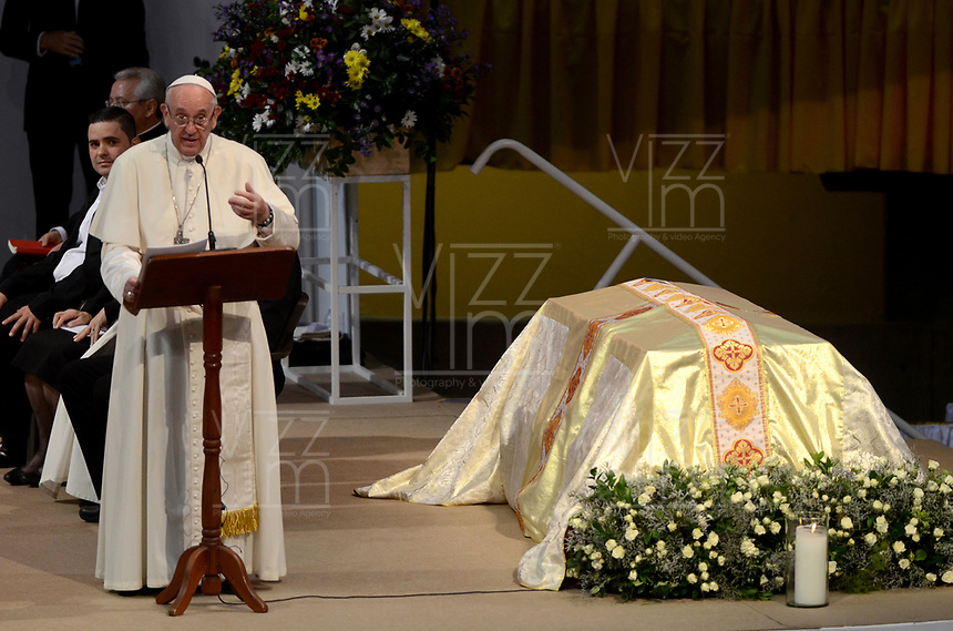 MEDELLÍN - COLOMBIA, 09-09-2017:  El Papa Francisco durante su encuentro religioso en la plaza la Macarena en Medellín. El Papa Francisco realiza la visita apostólica a Colombia entre el 6 y el 11 de septiembre de 2017 llevando su mensaje de paz y reconciliación por 4 ciudades: Bogotá, Villavicencio, Medellín y Cartagena. / Pope Francis during his religious meet at La Macarena in Medellin. Pope Francisco makes the apostolic visit to Colombia between September 6 and 11, 2017, bringing his message of peace and reconciliation to 4 cities: Bogota, Villavicencio, Medellin and Cartagena. Photo: VizzorImage / Leon Monsalve / Cont