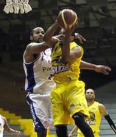BOGOTA -COLOMBIA, 6-MARZO-2015.  Cristian Ellis  (Izq)  de Guerreros de Bogota en accion contra  Vee Sanford  de Bucaros durante partido de la quinta fecha de la Liga DIRECTV de baloncesto 2015 jugado en el coliseo el Salitre .Guerreros se impuso 92-87 a Bucaros. / Cristian Ellis  (L)  of Guerreros of Bogota in action against Vee Sanford of Bucaros  during  game of  the fifth round of the liga  DIRECTV 2015 of Basketball  played at the Coliseum Salitre .Guerreros won 92-87 to Bucaros . Photo / VizzorImage / Felipe Caicedo  / Staff