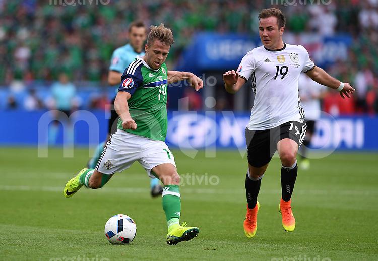 FUSSBALL EURO 2016 GRUPPE C IN PARIS Nordirland - Deutschland     21.06.2016 Jamie Ward (li, Nordirland) gegen Mario Goetze (re, Deutschland)