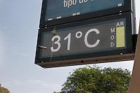 SÃO PAULO, SP - 02.09.2013: CLIMA TEMPO SP - São Paulo tem nesta segunda feira (02) com muito sol, céu com poucas nuvens. Termometro marca 31ºc e qualidade do ar moderada na região Parque do Ibirapuera zona sul de São Paulo. (Foto: Marcelo Brammer/Brazil Photo Press)