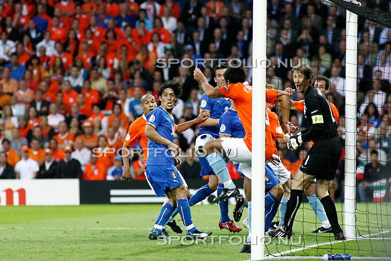 Zwitserland, Bern, 9 juni 2008.Euro 2008, EK 2008.Groep C.Nederland-Italie (3-0).Giovanni van Bronckhorst (2e van r) red oranje door een bal van de lijn te halen