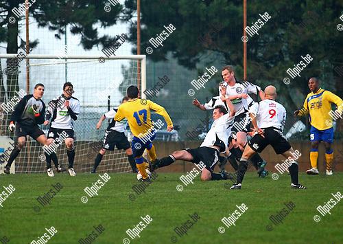 2010-11-21 / Voetbal / Vlimmeren Sport - KFCO Wilrijk /   Veel werk voor de Vlimmerse verdediging gedurende de tweede helft.