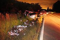 GUARULHOS, SP, 23/12/2012, ACIDENTE ESTRADA GUARULHOS- NAZARE. Na noite desse Domingo (23) um grave acidente entre dois veiculos na Estrada Guarulhos- Nazare Paulista, a familia que viajava no Fiat Stilo, tres pessoa faleceram no local (uma criança e dois adultos) os outros dois, um foi socorridop em estado gravissimo e outro em estado grave. Não há informações sobre os ocupantes da Ecosport. FOTO: LUIZ GUARNIERI / BRAZIL PHOTO PRESS).
