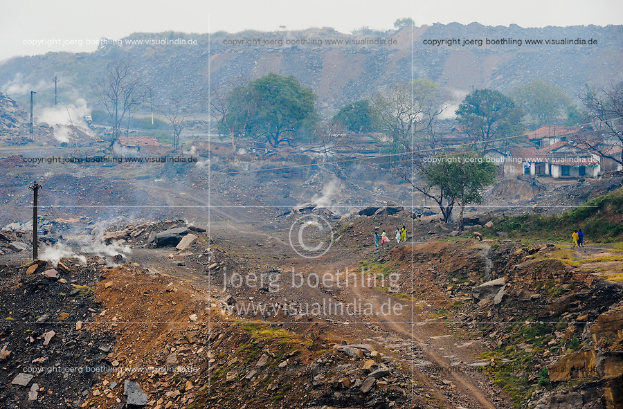 INDIA Jharkhand Dhanbad , parts of Jharia are located above burning underground coal seams and will be displaced due to extended opencast coal mining by BCCL Ltd.  / INDIEN Dhanbad , ein Teil des Ortes Jharia liegt auf schwelenden brennenden Kohlefloezen und soll fuer den Abbau der Kohle im offenen Tagebau durch staatliche Kohlegesellschaft BCCL Ltd. umgesiedelt werden
