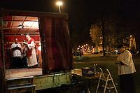 """Milano: messa """"riparatoria"""" celebrata in piazza Libia. La protesta dei cattolici contro il teatro «blasfemo» di Romeo Castellucci. Nella foto il prete lefebvriano don Floriano Abrahamowicz."""