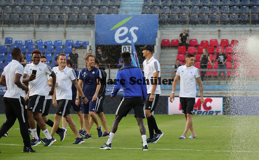 Spieler von Racing Straßburg werden nass - 22.08.2019: Racing Straßburg vs. Eintracht Frankfurt, UEFA Europa League, Qualifikation, Commerzbank Arena<br /> DISCLAIMER: DFL regulations prohibit any use of photographs as image sequences and/or quasi-video.