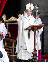 Papa Francesco benedice i fedeli al termine della messa per le Confraternite in Piazza San Pietro, Citta' del Vaticano, 5 maggio 2013..Pope Francis blesses faithful at the end of a mass for Confraternities in St. Peter's square at the Vatican, 5 May, 2013..UPDATE IMAGES PRESS/Riccardo De Luca..STRICTLY ONLY FOR EDITORIAL USE