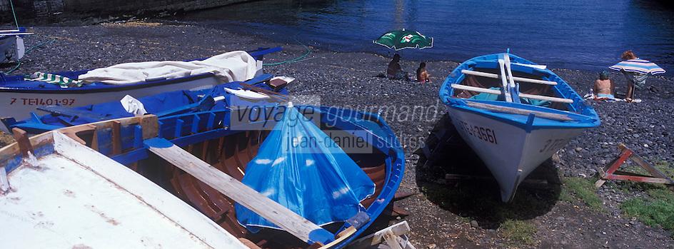 Europe/Espagne/Iles Canaries/Tenerife/Puerto de la Cruz: Plage noire de galets et sable vocanique et bateaux de pèche