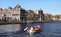 Nederland  Haarlem  2019.  Senior in een bootje op het Spaarne.  Berlinda van Dam / Hollandse Hoogte