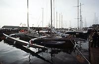 Première Route du Rhum, 1978. Les voiliers à quai au port de Saint-Malo. Kriter IV, skipper Olivier de Kersauson, 4e position.