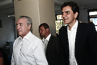ATENÇÃO EDITOR: FOTO EMBARGADA PARA VEICULOS INTERNACIONAIS - SAO PAULO, SP, 07 DE OUTUBRO 2012 - ELEICOES 2012 -  - O vice-presidente Michel Temer vota em São Paulo,  no colegio PUC, em companhia do candidato a prefeitura de Sao Paulo pelo PSDB, Gabriel Chalita, na manhã desse domingo, 07 , regiao da  zona oeste da capital- FOTO LOLA OLIVEIRA - BRAZIL PHOTO PRESS