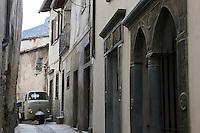 Europe/France/Provence-Alpes-Côtes d'Azur/06/Alpes-Maritimes/Alpes-Maritimes/Arrière Pays Niçois/Tende: Rue de  France- Dans les ruelles du vieux village le triporteur a remplacé le mulet
