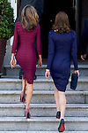 French President Nicolas Sarkozy's wife Carla Bruni-Sarkozy (R) and Spain's Princess Letizia (L) enter the Zarzuela Palace in Madrid on April 27, 2009. (Photo by Juan Naharro Gimenez)