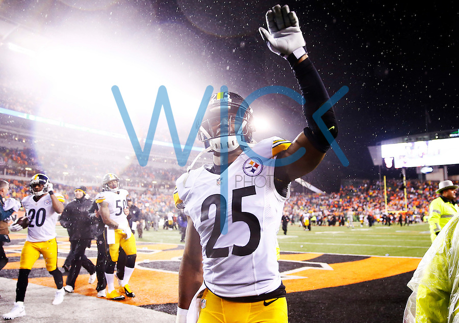 Brandon Boykin #25 of the Pittsburgh Steelers waves to the crowd following their 18-16 win against the Cincinnati Bengals during the Wild Card playoff game at Paul Brown Stadium on January 9, 2016 in Cincinnati, Ohio. (Photo by Jared Wickerham/DKPittsburghSports)