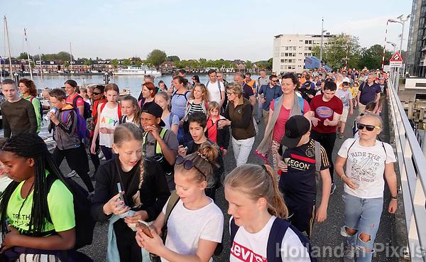 Nederland Zaandam 2019. Laatste dag van de Avondvierdaagse. Kinderen filmen zichzelf met hun mobieltje op de brug bij het Eiland.   Foto mag niet in negatieve / schadelijke context gepubliceerd worden. Foto Berlinda van Dam / Hollandse Hoogte