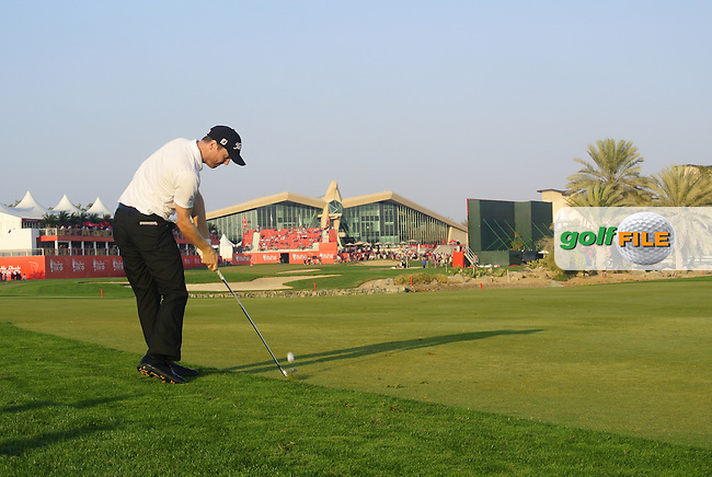 Michael Hoey (NIR) in action on the 18th hole during Friday's Round 2 of the HSBC Golf Championship at the Abu Dhabi Golf Club, United Arab Emirates, 27th January 2012 (Photo Eoin Clarke/www.golffile.ie)