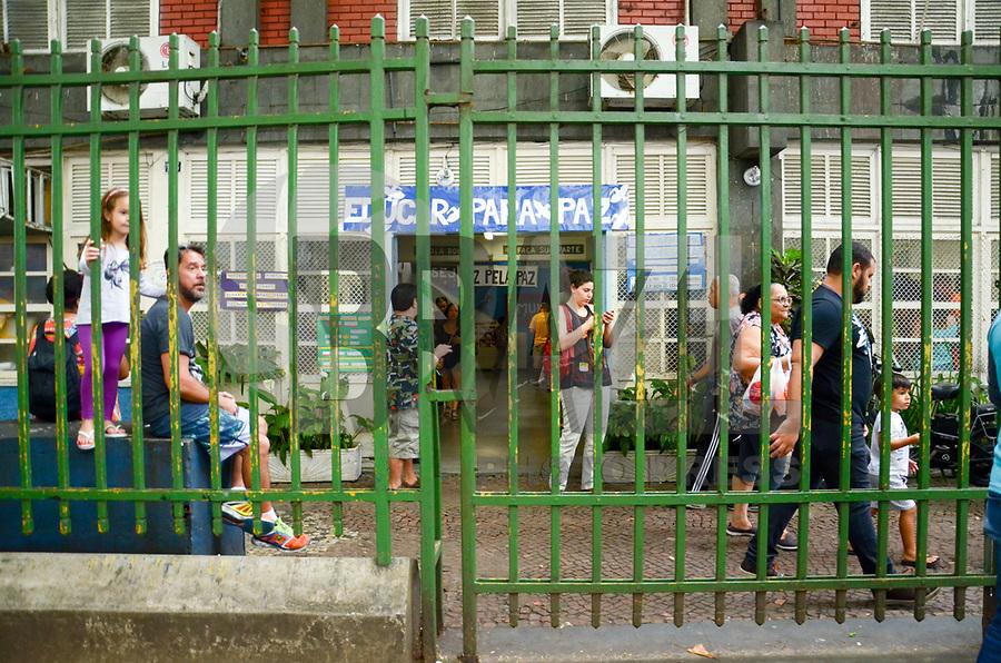 RIO DE JANEIRO, 07.10.2018 - ELEIÇÕES-2018- Movimentação dos eleitores em seção eleitoral de escolas em Copacabana, zona sul, Rio de Janeiro (RJ), neste domingo (7) (Foto: Vanessa Ataliba/Brazil Photo Press)