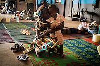 Eine muslimische Mutter umarmt ihre Tochter in Bangui, Zentralafrikanische Republik. Die Familie musste vor der Gewalt der der überwiegend aus Christen bestehenden Anti-Balaka-Militia flüchten und lebt in einem Lager am Flughafen. Sie hoffen auf die Ausreise nach Kamerun.