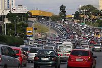 SAO PAULO, SP, 20/12/2013, SAIDA FERIADO NATAL. Transito na Radial Leste, sentido do bairro na altura do Metro Tauape nessa sexta-feira (20) na saida para o feriado de Natal. LUIZ GUARNIERI/BRAZIL PHOTO PRESS.