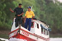 A Barco contratado pelos correios  transporta uma das  últimas urnas para a escola municipal Domiciano de Farias  na   Ilha do igarapé Grande, a margem direita do rio Bijogo região das ilhas no município de Ananideua escoltados por PM. O barco que saiu do porto de Curuçambá em Icoaraci chegou ao local de votação às 6:30hs(Brasília) para garantir a votação de 158 eleitores da 43ª Zona eleitoral 475 seção.<br />Foto Paulo Santos/Interfoto<br />06/10/2002