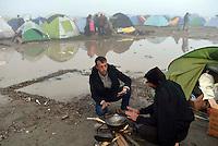 GRIECHENLAND, 08.03.2016, Idomeni. Internationale Fluechtlingskrise auf der Balkanroute: Fluechtlinge und Migranten sind in provisorischen Zeltlagern gefangen vor der geschlossenen Grenze zu Mazedonien. Essenkochen. | International refugee crisis on the Balkan route: Refugees and migrants are trapped in makeshift tent-camps on the closed border to Macedonia. Preparing food.<br /> © Tomislav Georgiev/EST&OST