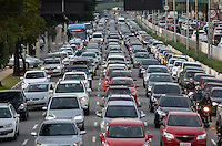 SÃO PAULO, SP, 10.06.2016 – TRÂNSITO-SP - Transito congestionado na Av. Moreira Guimarães, próximo ao aeroporto de Congonhas, zona sul de São Paulo na tarde desta sexta feira. (Foto: Levi Bianco/Brazil Photo Press)