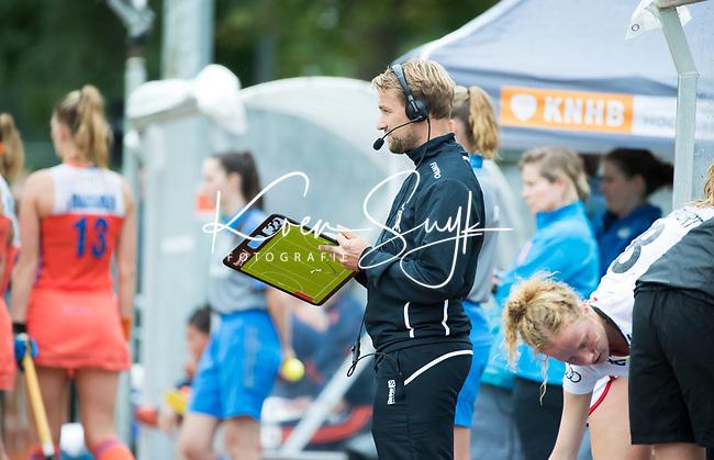 SCHIEDAM - coach Niels Thijssen (Bel) tijdens een oefenwedstrijd tussen  de dames van Nederland en Belgie , in aanloop naar het  EK Hockey, eind augustus in Amstelveen. COPYRIGHT KOEN SUYK