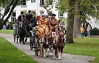Nederland Alkmaar - 8 oktober 2018. Ringsteken in klederdracht in het Kennemerpark. Traditie tijdens Alkmaar Ontzet.  Foto Berlinda van Dam / Hollandse Hoogte