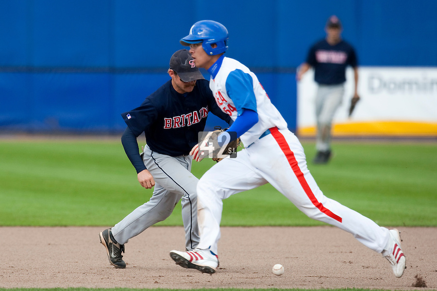 14 September 2009: Third base Christopher Falls of Great Britain reaches for the ball as Young-Hun Cho of South Korea runs the bases during the 2009 Baseball World Cup Group F second round match game won 15-5 by South Korea over Great Britain, in the Dutch city of Amsterdan, Netherlands.