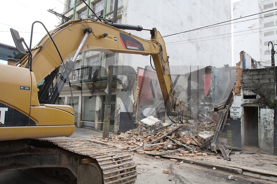 SÃO PAULO, SP, 18/01/2012, DEMOLIÇÃO CASARÕES CRACOLANDIA.<br /> <br /> Hoje (18) começaram as demolições dos casarões da Rua Helvetia na Cracolandia, vários deles eram usados para o consumo da droga.<br /> <br />  Luiz Guarnieri/ News Free
