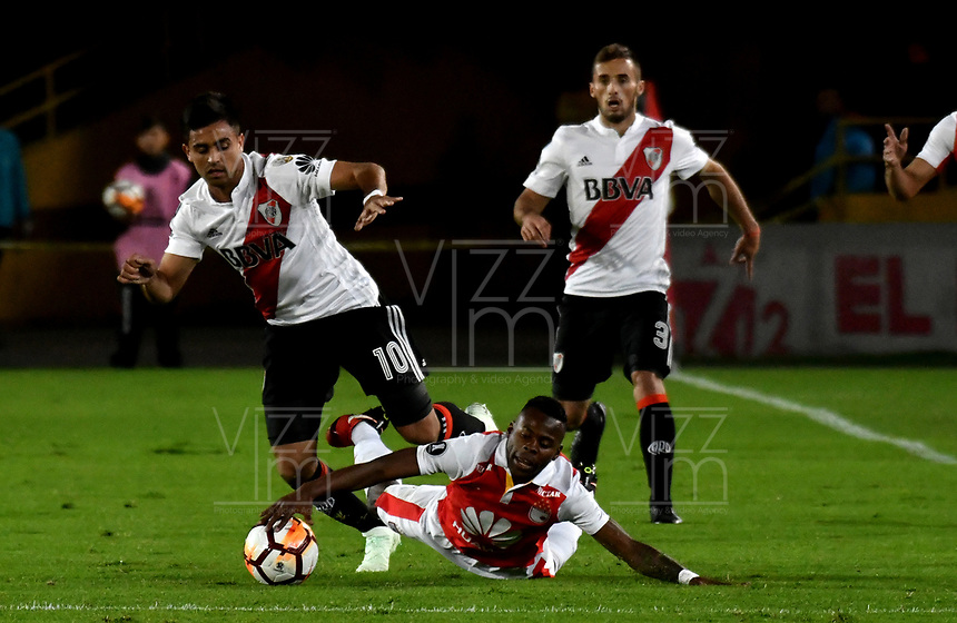 BOGOTÁ - COLOMBIA, 03-05-2018: Cristian Arboleda (Der.) jugador de Independiente Santa Fe disputa el balón con Gonzalo Martínez (Izq.) jugador de River Plate, durante partido entre Independiente Santa Fe (COL) y River Plate (ARG), de la fase de grupos, grupo D, fecha 5 de la Copa Conmebol Libertadores 2018, jugado en el estadio Nemesio Camacho El Campin de la ciudad de Bogota. / Cristian Arboleda (R) player of Independiente Santa Fe vies for the ball with Gonzalo Martinez (L) player of River Plate, during a match between Independiente Santa Fe (COL) and River Plate (ARG), of the group stage, group D, 5th date for the Conmebol Copa Libertadores 2018 at the Nemesio Camacho El Campin Stadium in Bogota city. Photo: VizzorImage  / Luis Ramírez / Staff.