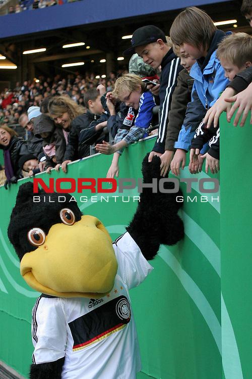 &Ouml;ffentliches Training DFB-Auswahl, 12.10.09 Hamburg<br /> <br /> <br /> DFB-Maskottchen Paule klatscht Kinder und Fans der Nationalmannschaft ab.<br /> <br /> <br /> Foto &copy; nph (nordphoto)<br /> <br /> *** Local Caption ***
