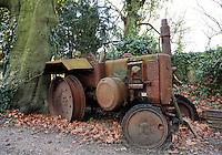 Zevenaar-   Verroeste Lanz tractor in de tuin van Huis Sevenaer
