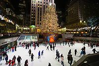 Weihnachtsbaum an der Eislauffläche des Rockefeller Center in New York - 08.12.2019: New York