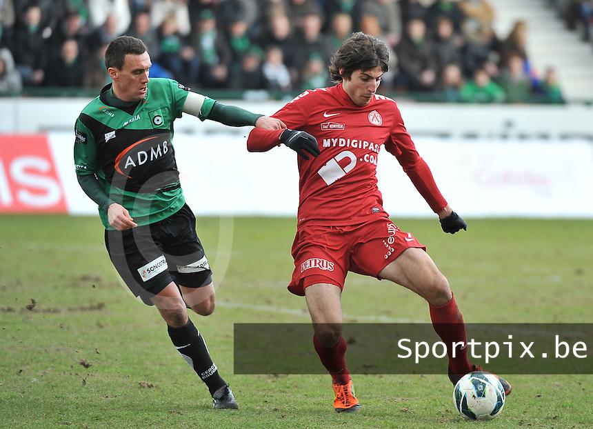 KV Kortrijk : Pablo Chavarria aan de bal voor Arnar Vidarsson (links).foto VDB / BART VANDENBROUCKE