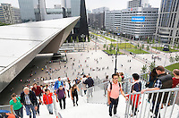 Nederland Rotterdam 2016. De Rotterdamse Dakendagen.  Tijdelijke trap naar het dak van het Groothandelsgebouw . De Rotterdamse Dakendagen.  Links het dak van het Centraal Station. Foto Berlinda van Dam / Hollandse Hoogte
