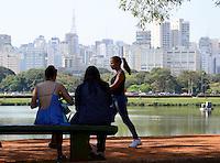 SAO PAULO.SP. 23.08.2014. CLIMA TEMPO - Com o forte calor deste sabado 23, o paulistano aproveitou para curtir o Parque do Ibirapuera, região sul os termometros de rua marcaram 30º  ( Foto: Bruno Ulivieri / Brazil Photo Press )