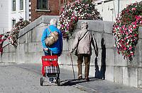 Ouderen lopen op de Steenen Brug in Roermond