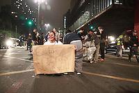SÃO PAULO, SP - 18.09.2013 - MANIFESTAÇÃO CONTRA MENSALÃO  -  Grupo de manifestantes fecha a Av Paulista sentido consolação deixando apenas a faixa da direita livre em frente ao MASP região central de São Paulo nesta quarta-feira (18). (Foto: Marcelo Brammer/Brazil Photo Press)