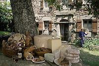 Europe/France/Auvergne/15/Cantal/Loubaresse: Charcuterie et fromage (Cantal, Salers, Saint Nectaire, Fourme d'Ambert) d'Auvergne devant la ferme de l'écomusée de la Margeride