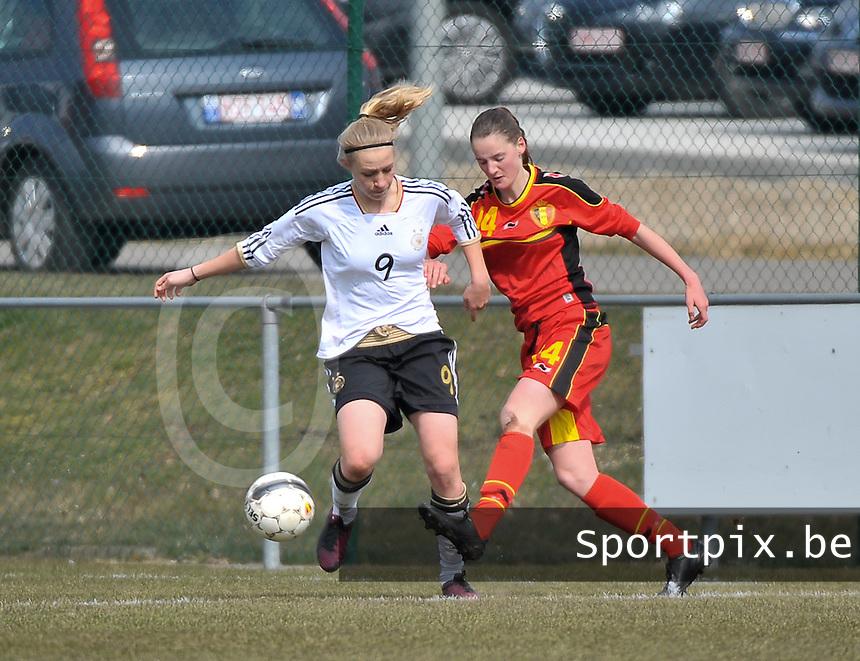 Belgie U17 - Duitsland U17 : duel tussen Bieke Vandenbussche (rechts) en Pauline Bremer.foto DAVID CATRY / Vrouwenteam.be