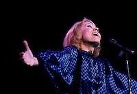 Isabelle Aubray in concert, circa 1986<br /> <br /> Th&eacute;r&egrave;se Coquerelle dite Isabelle Aubret<br /> <br /> N&eacute;e le 27 juillet 1938 ? Lille<br /> <br /> Bobineuse mais &eacute;galement gymnaste de talent (elle d&eacute;croche le titre de championne de France en 1952), Th&eacute;r&egrave;se Coquerelle, qui ne tardera pas ? se faire appeler Isabelle Aubret, montre par ailleurs des pr&eacute;dispositions pour la chanson.<br /> Au d&eacute;but des ann&eacute;es 60, elle se produit dans des orchestres avant de se retrouver sur la sc&egrave;ne de l'Olympia ? la faveur d'un concours. Bruno Coquatrix, le ma&icirc;tre des lieux, qui la remarque, lui permet d'effectuer ses v&eacute;ritables d&eacute;buts dans un cabaret parisien, le Fifty-Fifty.<br /> Autre rencontre d&eacute;terminante pour Isabelle Aubret, celle qu'elle fait avec Jacques Canetti, d&eacute;couvreur de talents, notamment Charles Aznavour ou encore Edith Piaf. L'agent artistique lui fait enregistrer son premier 45 tours, sign&eacute; Maurice Vidalin. Et en 1962 c'est la cons&eacute;cration au concours de l'Eurovision avec &quot; Un premier amour &quot;.<br /> <br /> La rencontre avec Ferrat<br /> <br /> C'est cette m?me ann&eacute;e qu'elle se lie d'une amiti&eacute;, qui s'av&egrave;rera sans faille, avec Jean Ferrat, qui lui &eacute;crit &quot; Deux enfants au soleil &quot;. Il lui propose &eacute;galement la premi&egrave;re de sa tourn&eacute;e.<br /> D&eacute;cidemment tr&egrave;s sollicit&eacute;e, Isabelle Aubret est en premi&egrave;re partie de Jacques Brel ? l'Olympia. Toujours en 1963, elle est aux c&ocirc;t&eacute;s de Sacha Distel.<br /> Elle est &eacute;galement appel&eacute;e par Jacques Demy et Michel Legrand qui travaillent sur &quot; Les parapluies de Cherbourg &quot; et entendent lui confier le r&ocirc;le principal. Le projet ne se concr&eacute;tisera jamais, du moins pour Isabelle Aubret qui est victime d'un dramatique accident de la route qui lui voudra une quinzaine d'inter